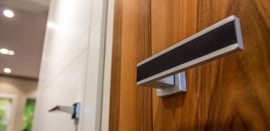 maniglia nera porta legno